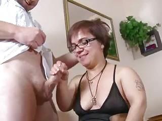 Esta enana española folla mientras esta chica mira y se masturba