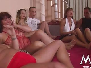 Maduras calientes follando en una orgia sexual toda la noche