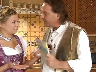 Rubia follada por el culo por una verga enorme en la cocina